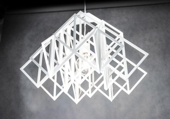 Ażurowa białą lampa wisząca